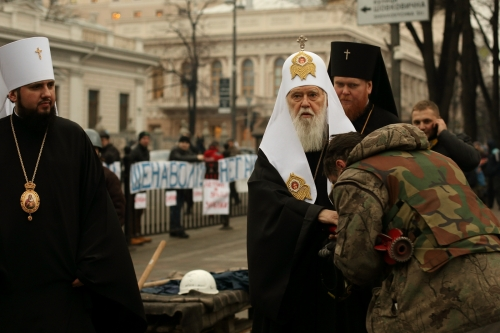 Euromaidan_activist_kisses_the_hand_of_Filaret_the_Patriarch_of_Kyiv